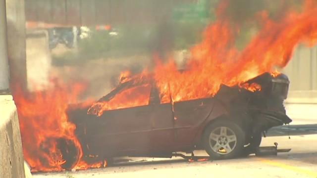 dnt people escape fiery car crash cincinnati_00005311.jpg