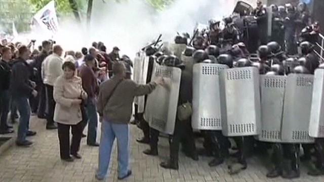 Gunmen storm Ukrainian airport