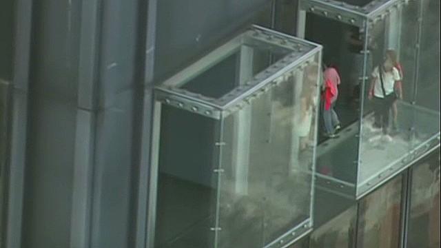 cnnee montero us chicago tower glass balcony_00005724.jpg