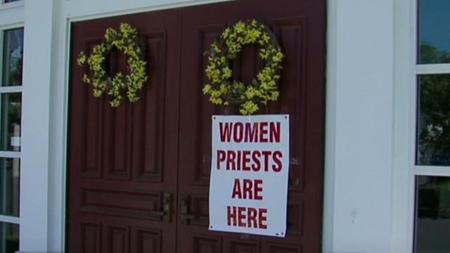 cnnee rec rafael domingo osle intv women priest_00001009.jpg