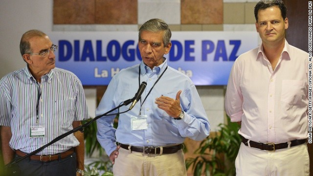 Handout picture given by the High Commissioner for peace's office showing Colombian retired Colombia General Jorge Enrique Mora (C) speaking to the press during the peace talks with the FARC-EP guerrillas at Convention Palace, on June 5, 2014 in Havana. Next to him, the head of Colombian delegation, Humberto de la Calle (L) and Sergio Jaramillo (R).