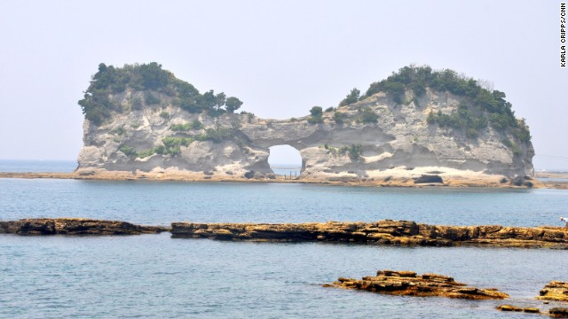 Engetsu Island: A rock with a hole.