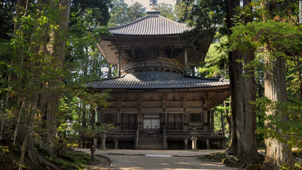 This two-story pagoda is part of the sacred Danjo Garan site. In the 9th century, Koyasan was founded on this very ground. At the time, Kobo Daishi held a groundbreaking ceremony then dedicated his life to the construction of Danjo Garan.