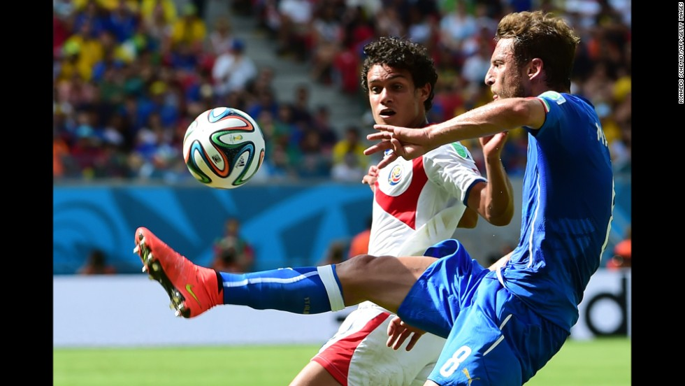 Tejeda, left, and Italy midfielder Claudio Marchisio compete.