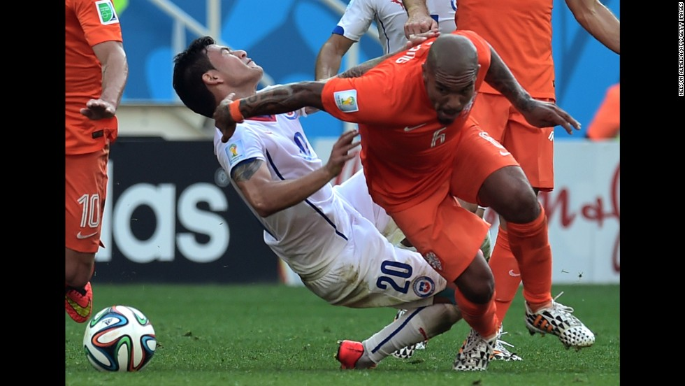 Chile midfielder Charles Aranguiz, left, vies with Netherlands midfielder Nigel de Jong.