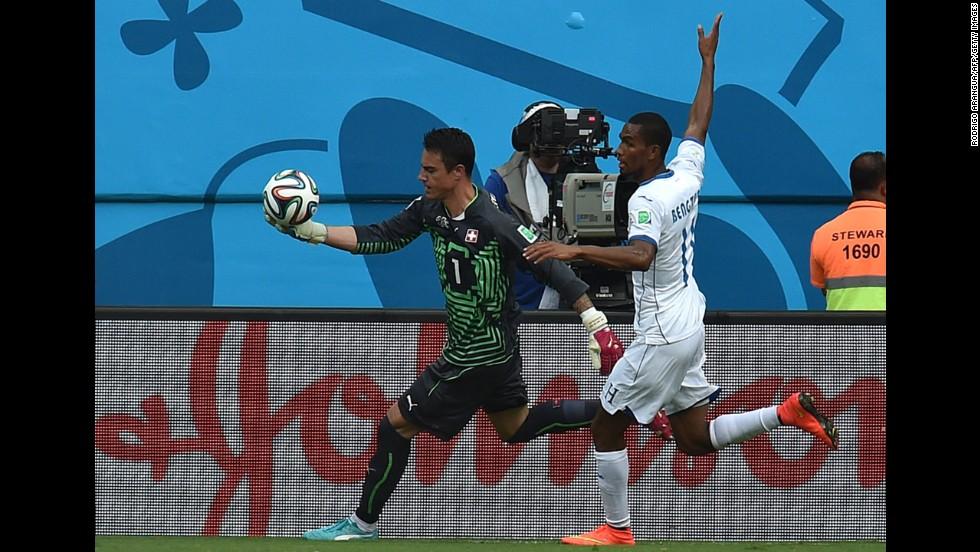 Honduras forward Jerry Bengtson, right, challenges Switzerland's goalkeeper Diego Benaglio.