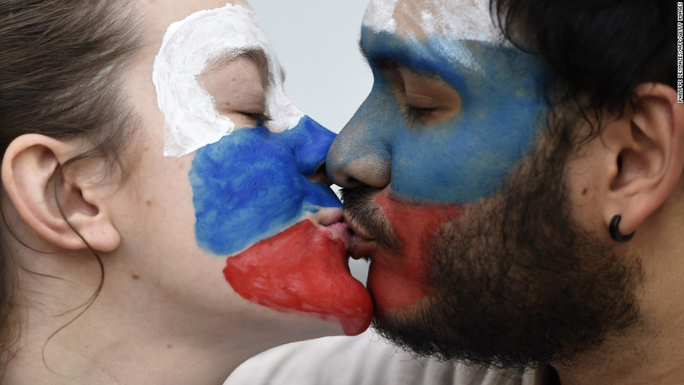 Russian supporters kiss ahead of the match between Algeria and Russia.