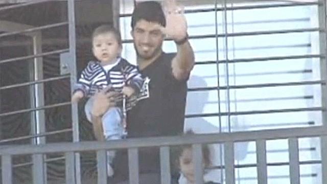 cnnee suarez balcony waving_00004908.jpg