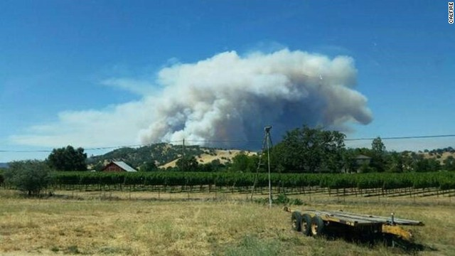An 800-acre wildfire in California wine country forced the evacuation of 100 homes, a fire official told CNN.