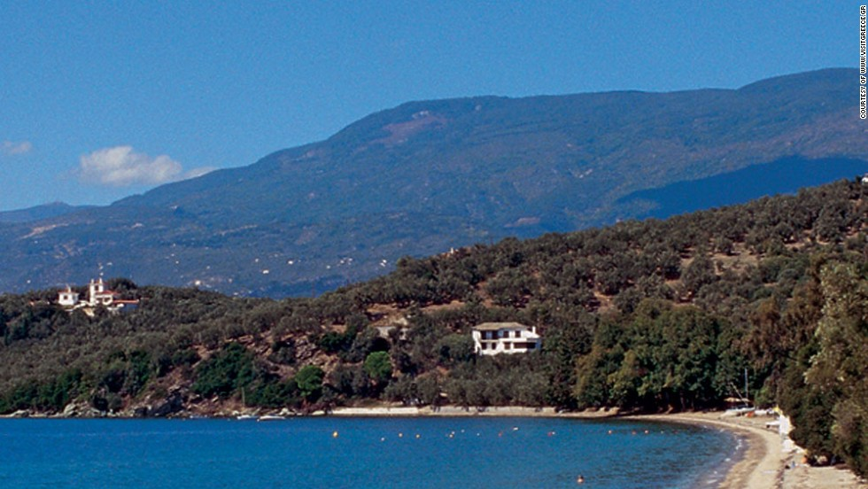 In the mountainous mainland area of Pelion, sandy and pebbly beaches lead into breathtakingly clear waters overlooked by beach bars and traditional seaside taverns.