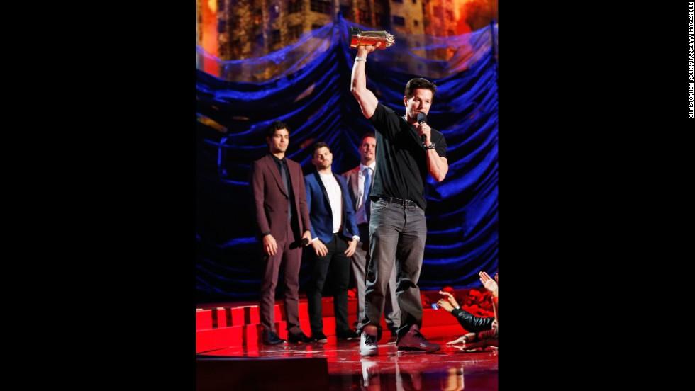 """Lo mejor: cuando Mark Wahlberg aceptó el Premio Generación de MTV Movie Awards, dijo lo que todos aquellos que lo recuerdan como Marky Mark probablemente estaban pensando: lo que el premio significa en realidad es que todos estamos demasiado viejos para MTV. Fue un momento que capturó a la perfección cómo los miembros de una determinada generación se sienten en el 2014, mientras Wahlberg obtiene tales premios y """" Los cazafantasmas"""" llegan a su 30° aniversario."""