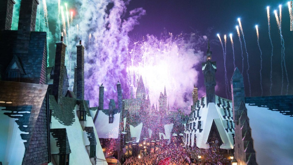 On the eve of the new Harry Potter attraction's opening, Universal Studios Japan invited 1,000 guests to a special ceremony that included fireworks.