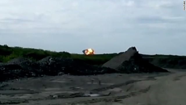 Video shows the moment MH17 crashed