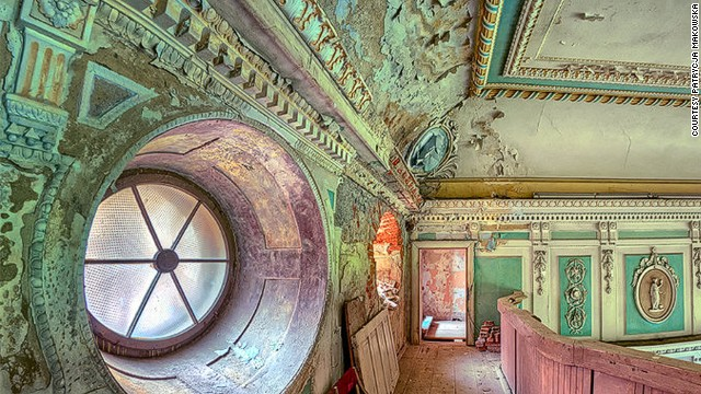 Incredible photos of secret abandoned palaces