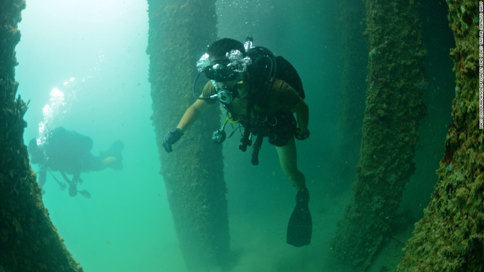 Explosive ordnance disposal technicians from the United States and South Korea perform an underwater exercise on July 23.