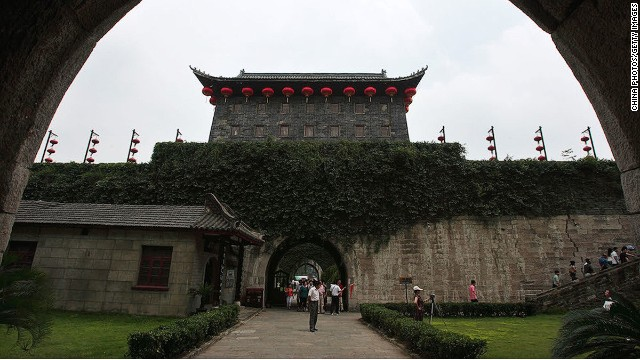 The ruins of three grand castles are located inside Zhonghua Gate.