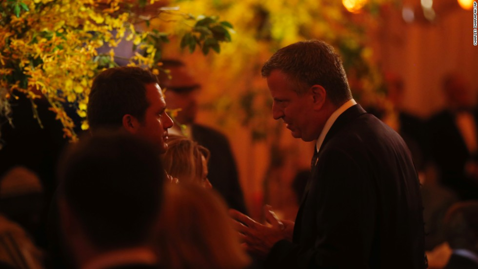 New York Mayor Bill de Blasio speaks to guests before President Barack Obama offers a toast.