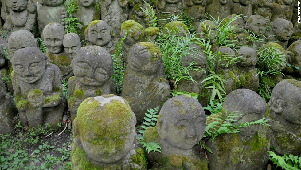 About a 30-minute walk from the Sagano Bamboo Forest, Otagi Nenbutsu-ji Templ features over 1,000 little stone rakan (enlightened beings) made by Japanese from all over the country from 1981 to 1991 during the reconstruction of the temple.
