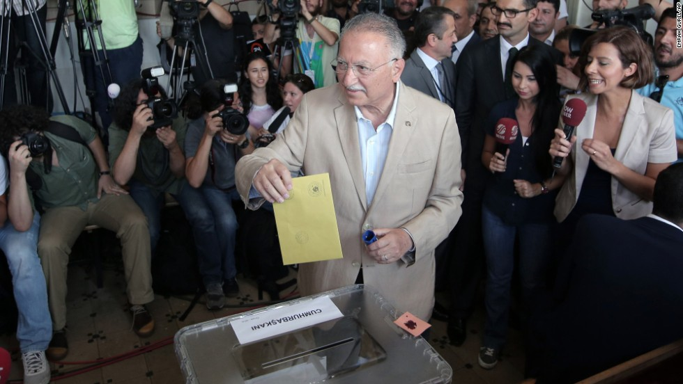 Ekmeleddin Ihsanoglu, the main opposition candidate, casts his vote at an Istanbul polling station on August 10.