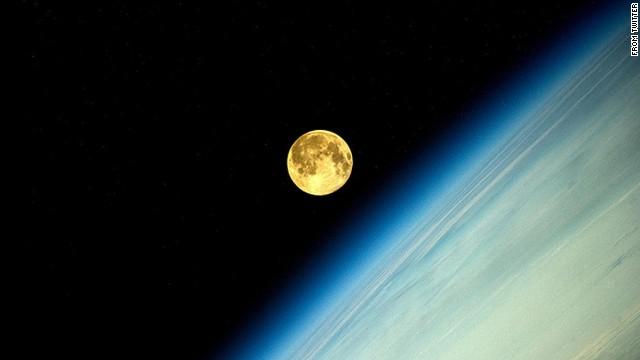 Полнолуние Закат Луны на #МКС ещё см. блог (Supermoon Moonset #ISS more in blog) #BlueDot http://www.artemjew.ru/2014/08/10/moonset/ ... pic.twitter.com/PIk5zZRRJR Oleg Artemyev @OlegMKS