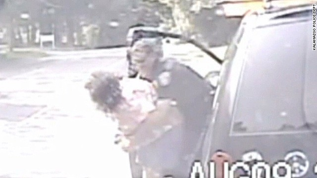 mxp cop saves choking woman_00003825.jpg