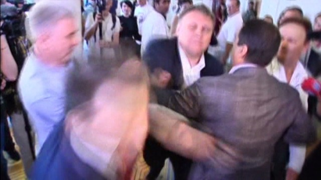 cnnee ukraine politians fist fight_00002625.jpg
