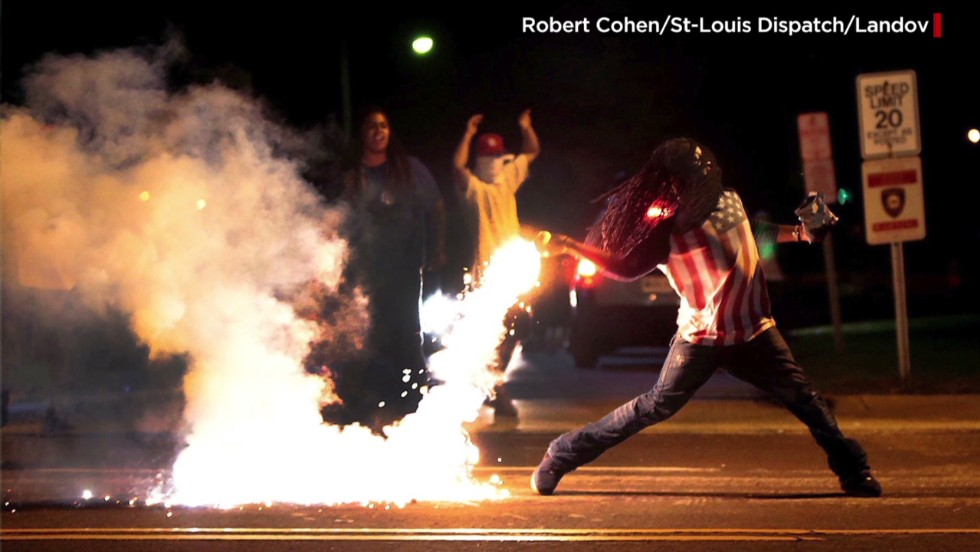 Story behind iconic Ferguson photo (2014)