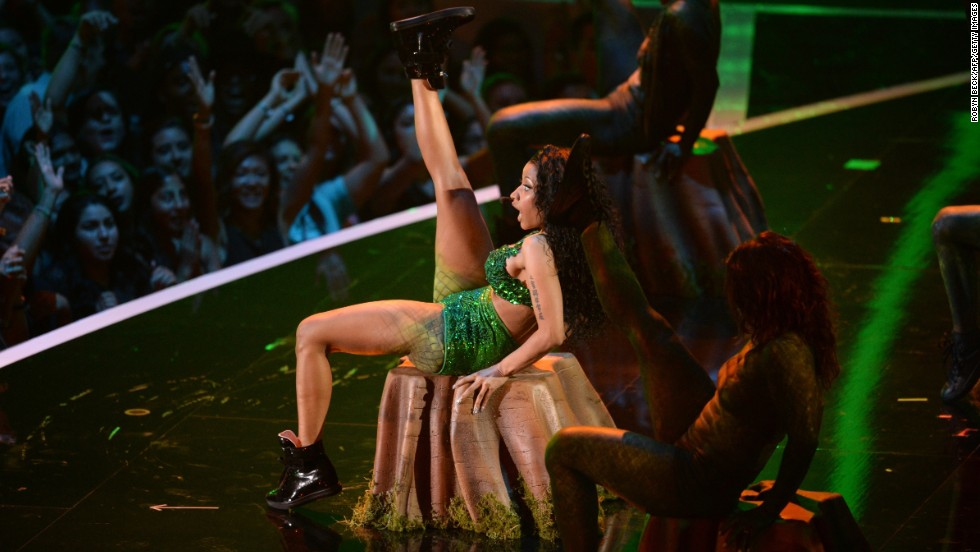 "Nicki Minaj performs her sexy new track ""Anaconda"" at the 2014 MTV Video Music Awards."