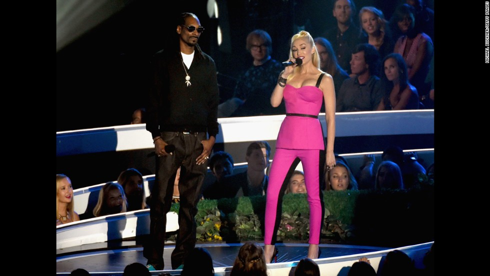 Snoop Dogg and Gwen Stefani present at the 2014 MTV Video Music Awards.