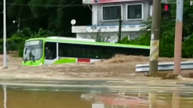 vo south korea flooding trapped bus_00002708.jpg