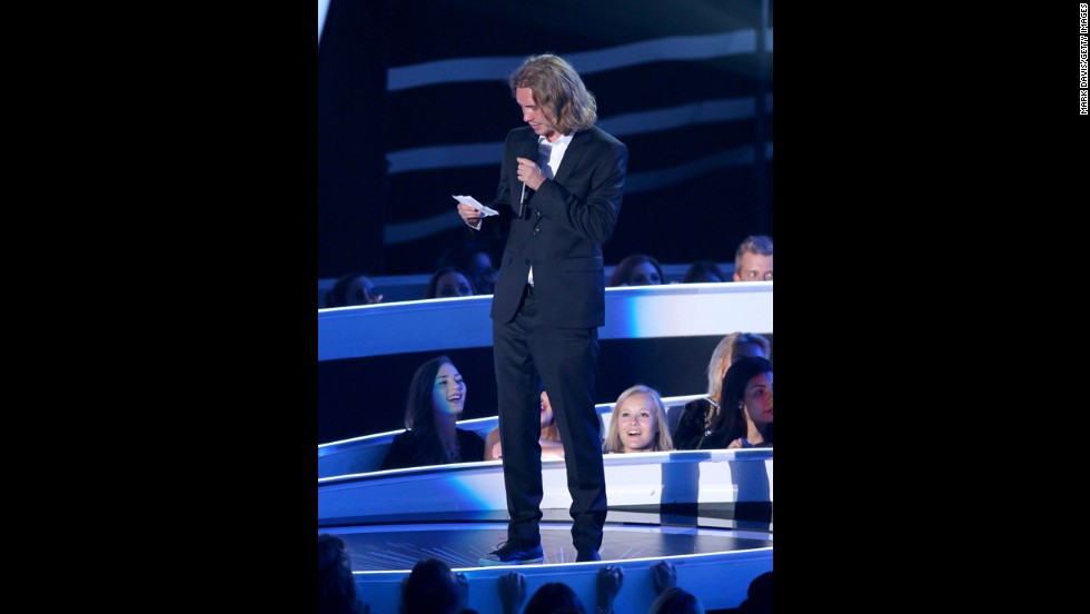 "Helt reads a speech about the issue of youth homelessness as he accepts Cyrus' award. He is<a href=""http://abcnews.go.com/US/meet-homeless-man-accepted-miley-cyrus-vma-award/story?id=25114619"" target=""_blank""> reportedly a representative of My Friend's Place</a>, an organization that aids homeless youth and it is there that he and the singer met."