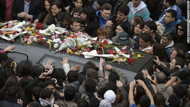 Caption:Fans give their last farewell to Argentine artist Gustavo Cerati during his funeral in Buenos Aires on September 5, 2014. Cerati died on September 4, more than four year in a coma after suffering a stroke following a performance in Caracas, Venezuela on May 15, 2010. Cerati was an Argentine singer-songwriter, composer and producer, one of the most important and influential figures of Ibero-American rock. AFP PHOTO / JUAN MABROMATA (Photo credit should read JUAN MABROMATA/AFP/Getty Images)