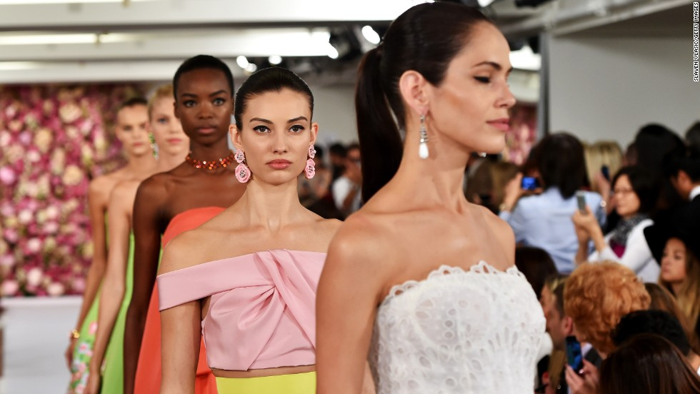 Oscar de la Renta's spring collection started with chic day clothes and ended with his signature, old-Hollywood glamour. The 82-year-old designer lined the runway -- and his clothes -- with roses, daisies and irises.