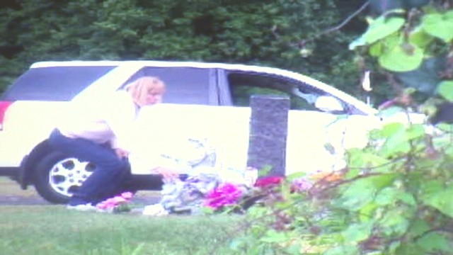 pkg woman caught on camera stealing statue from grave_00000402.jpg