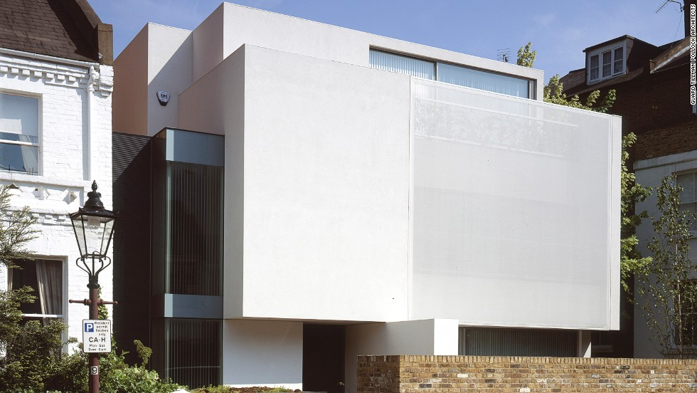 "This modernist home from <a href=""http://www.guardtillmanpollock.com/"" target=""_blank"">Guard Tillman Pollock Architects</a> guarantees privacy with carefully placed windows and screens, and high walls around the front and back courtyards."
