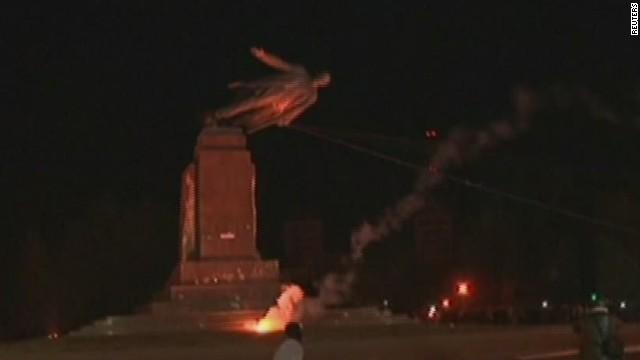 vo ukraine lenin statue toppled_00001421.jpg