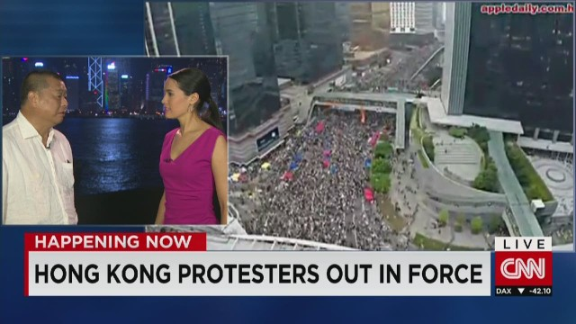Chinese tourists react to protests
