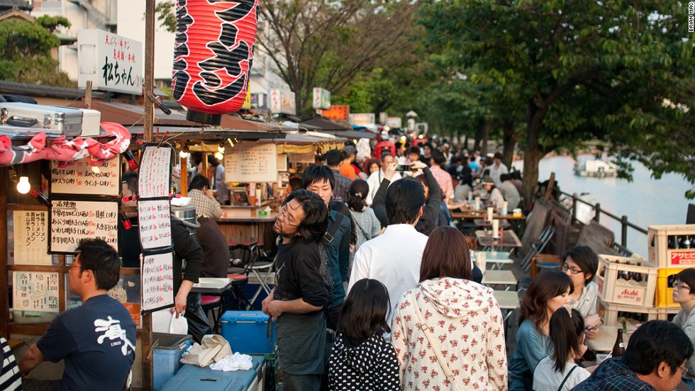 In Hakata, yatai (food carts) set up daily along the rivers in the Tenjin district. They serve traditional Tonkotsu ramen.