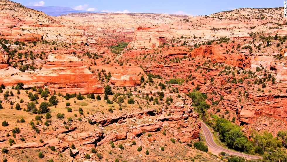 The highway skirts<strong> </strong>the<strong> </strong>Grand Staircase-Escalante National Monument, a vast expanse of desert filled with serpentine canyons, rock arches and hidden creeks.