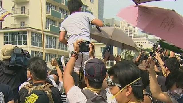 lkl watson hong kong protesters block ambulance_00005609.jpg