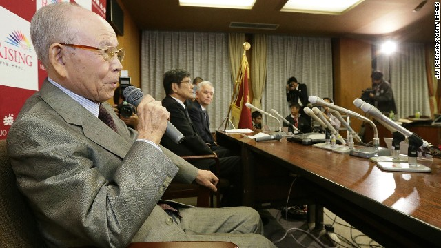 Meijo University professor Isamu Akasaki (left), 85, answers questions during a press conference at the University in Nagoya, central Japan, on October 7, 2014.