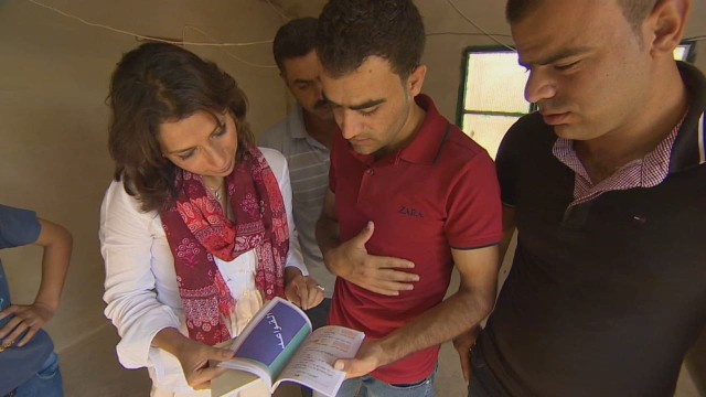 cnnee rebaza syrian refugees going to uruguay_00003611.jpg