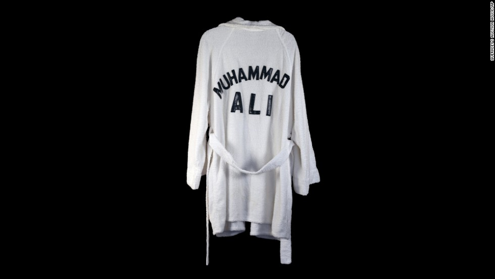 A boxing robe worn by Ali, which belonged to the late country singer Waylon Jennings, went up for auction in 2014.