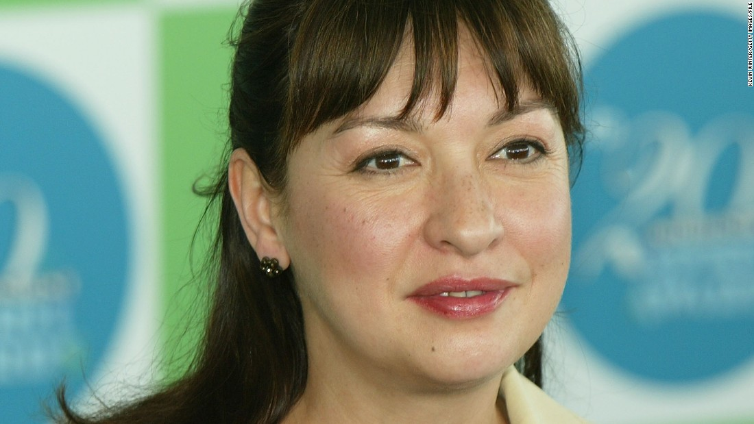 "Actress Elizabeth Peña <a href=""http://www.cnn.com/2014/10/23/showbiz/elizabeth-pea-death/index.html"">died Oct. 14, 2014</a>, at age 55 of cirrhosis of the liver. Peña was best known for her work on the television show ""Modern Family"" as well as her work in such films as ""La Bamba"" and ""Rush Hour."""