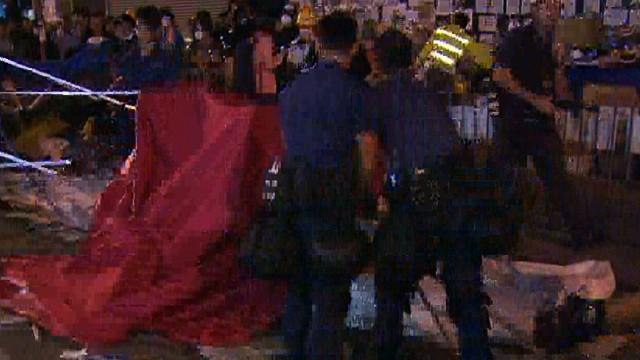 nr lok coren hong kong police remove barricades_00010013.jpg