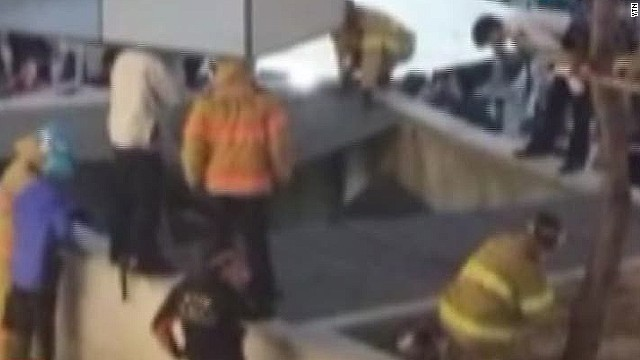 cnni south korea stage collapse_00003614.jpg