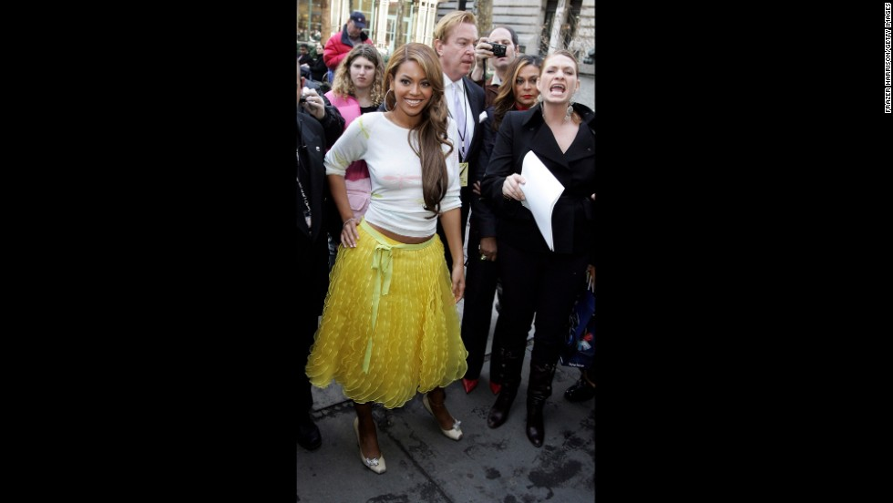 "Beyonce is another famous name who can be counted as a fan of de la Renta's. The superstar singer, seen here at the designer's fall 2005 fashion show in New York, later wore a red de la Renta dress <a href=""https://twitter.com/BarackObama/status/248480632936747008"" target=""_blank"">to meet President Obama in 2012.</a>"