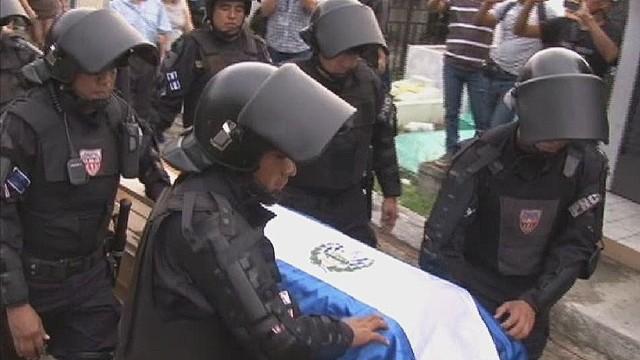 cnnee delcid el salvador policemen under attack_00000223.jpg