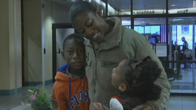 pkg soldier surprises kids airport_00011402.jpg
