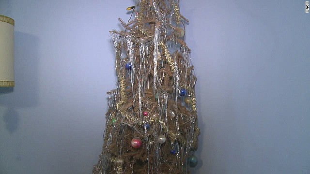 dnt wi man keeps christmas tree for 40 years_00004521.jpg